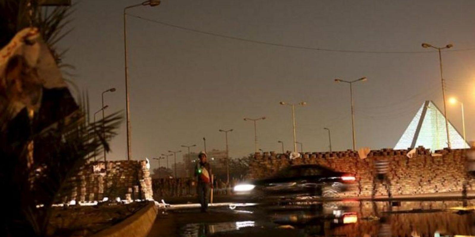Un carro cruza cerca a las barricadas instaladas hoy, miércoles 31 de julio de 2013, durante protestas en las calles de Nasr en El Cairo (Egipto). EFE