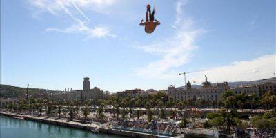 El saltador colombiano Orlando Duque salta desde la plataforma de 27 metros. EFE