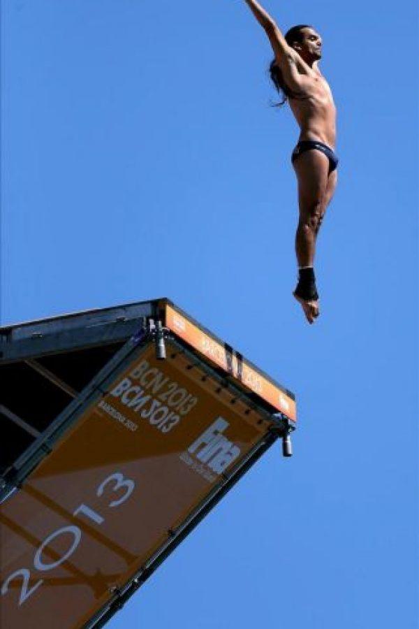 El saltador de Colombia, Orlando Duque, salta desde la plataforma de 27m durante la final de salto de gran altura de los Campeonatos del Mundo. EFE