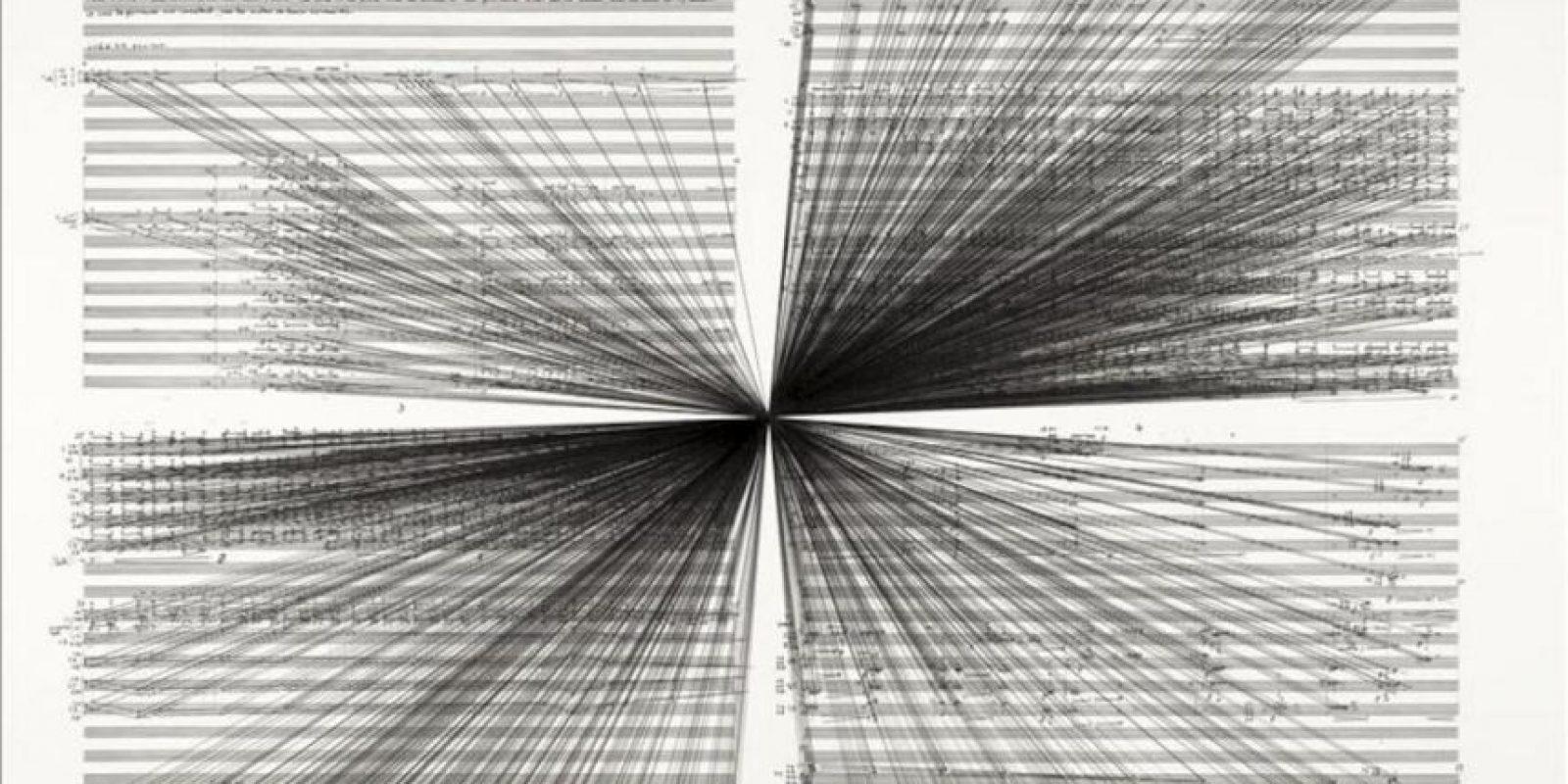 """Fotografía divulgada este miércoles 31 de julio de 2013, por el Museo de Arte Contemporáneo de Nueva York (MoMA) que muestra la obra del australiano Marco Fusinato, """"Mass Black Implossion"""", en donde pinta el ruido con líneas de tinta que """"chirrían"""" en medio de una partitura convencional. EFE"""