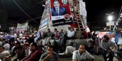 Musulmanes egipcios partidarios del depuesto presidente egipcio Mohamed Morsi descansan durante una protesta cerca a la mezquita Rabaa al-Adawiya en El Cairo (Egipto). EFE