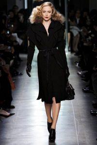 Bottega Veneta mostró, como muchas casas de moda, que los abrigos y las capas también vienen con sesgos y cortes. Foto: Pinterest.