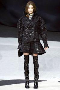 El cuero, como presentó Chanel, puede verse en juegos de texturas. Foto: Pinterest.