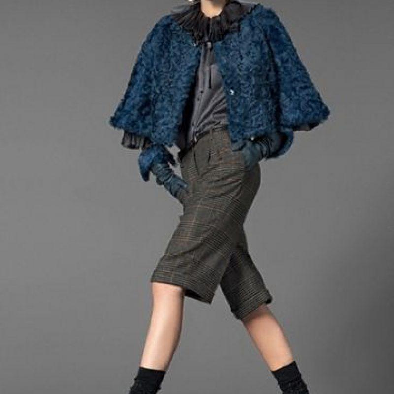 Toques de aqua oscuro, de verde, de azul marino. Cuadros de tweed, y prendas que recuerdan a las musas de Hitchcock en los años 50, como se ve en esta foto de Dolce y Gabbana. Foto: Pinterest.