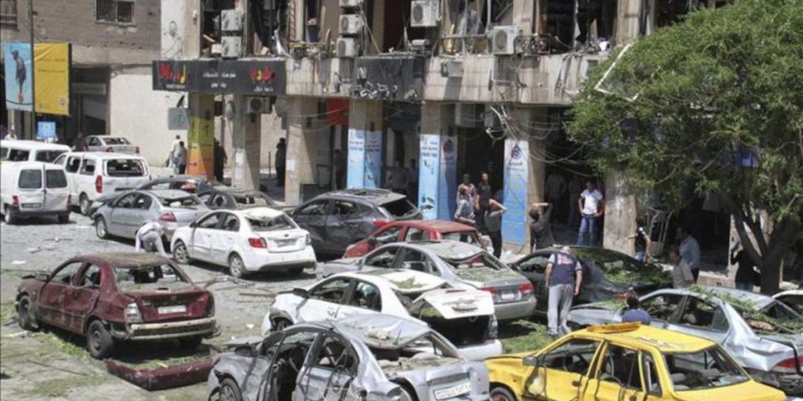 Vista de varios vehículos dañados tras la explosión de un coche bomba en el centro de Damasco, Siria. EFE/Archivo