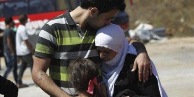 Un estudiante druso del Golán se despide ayer de sus familiares antes de cruzar a Siria por la frontera de Quneitra (Israel). Según medios locales, al menos 30 estudiantes vuelven a la Universidad de Damasco para continuar con sus estudios tras las vacaciones de verano en Israel. EFE