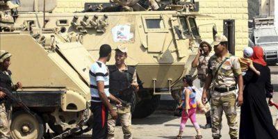 Soldados de las Fuerzas Armadas egipcias custodian la entrada de la cárcel de Tora donde se espera a que se completen los trámites que autoricen la marcha del expresidente Hosni Mubarak, en El Cairo (Egipto). EFE