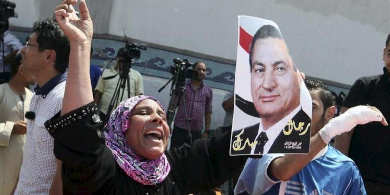 Una simpatizante del expresidente Hosni Mubarak celebra su puesta en libertad a la entrada de la cárcel de Tora donde se espera a que se completen los trámites que autoricen su marcha, en El Cairo (Egipto) hoy, jueves 22 de agosto de 2013. EFE