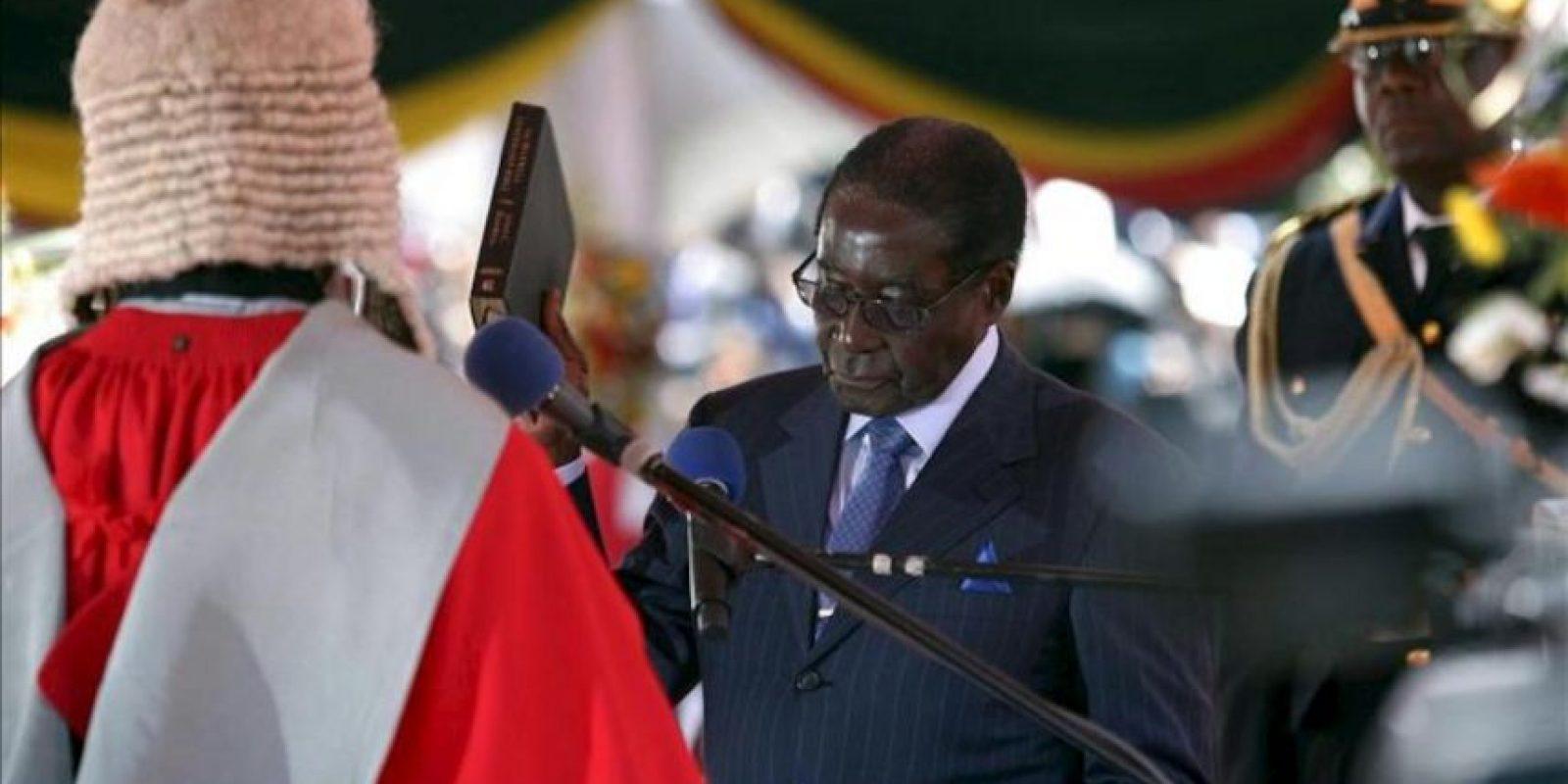 El presidente de Zimbabue, Robert Mugabe (d), ha jurado el cargo para un séptimo mandato consecutivo tras llevar más de tres décadas en el poder ante el Presidente del Tribunal supremo, Godfrey Chidyausiku (i), hoy, jueves 22 de agosto de 2013, en Harare, la capital zimbabuense. Su rival, el líder del Movimiento por el Cambio Democrático y Primer Ministro, Morgan Tsvangirai, ha boicoteado la ceremonia alegando fraude. EFE