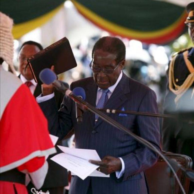 El presidente de Zimbabue, Robert Mugabe, ha jurado el cargo para un séptimo mandato consecutivo tras llevar más de tres décadas en el poder, hoy, jueves 22 de agosto de 2013, en Harare, la capital zimbabuense. Su rival, el líder del Movimiento por el Cambio Democrático y Primer Ministro, Morgan Tsvangirai, ha boicoteado la ceremonia alegando fraude. EFE