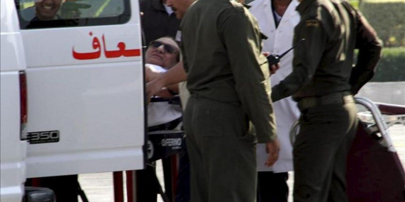 El expresidente egipcio Hosni Mubarak llega en camilla al hospital militar de Maadi, donde quedará en arresto domiciliario tras salir de la prisión de Tora en un helicóptero medicalizado, informaron a Efe fuentes de la seguridad egipcia, en El Cairo (Egipto), hoy, jueves 22 de agosto de 2013. EFE