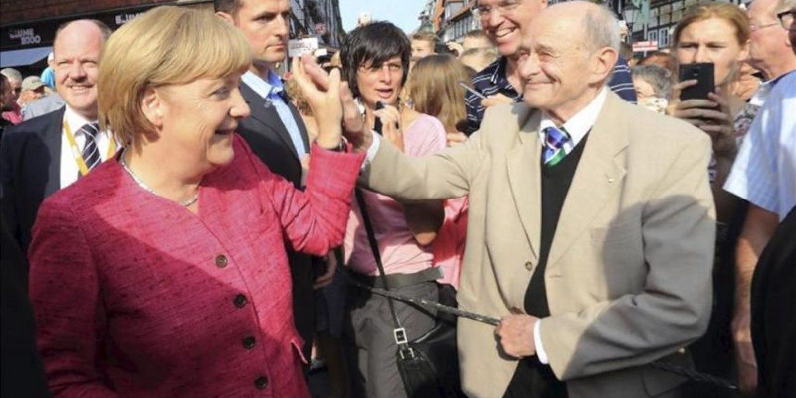 La canciller alemana Angela Merkel (i) llega a la plaza Wernigerode durante su campaña electoral para las elecciones federales en septiembre, Alemania, el 22 de agosto de 2013. Las elecciones se celebran el 22 de setiembre de 2013. EFE