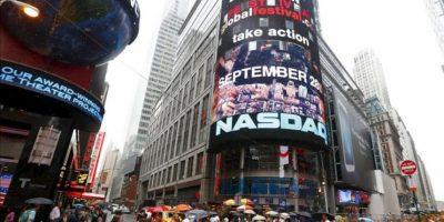 Varias personas caminan por Times Square, Nueva York, Estados Unidos. EFE