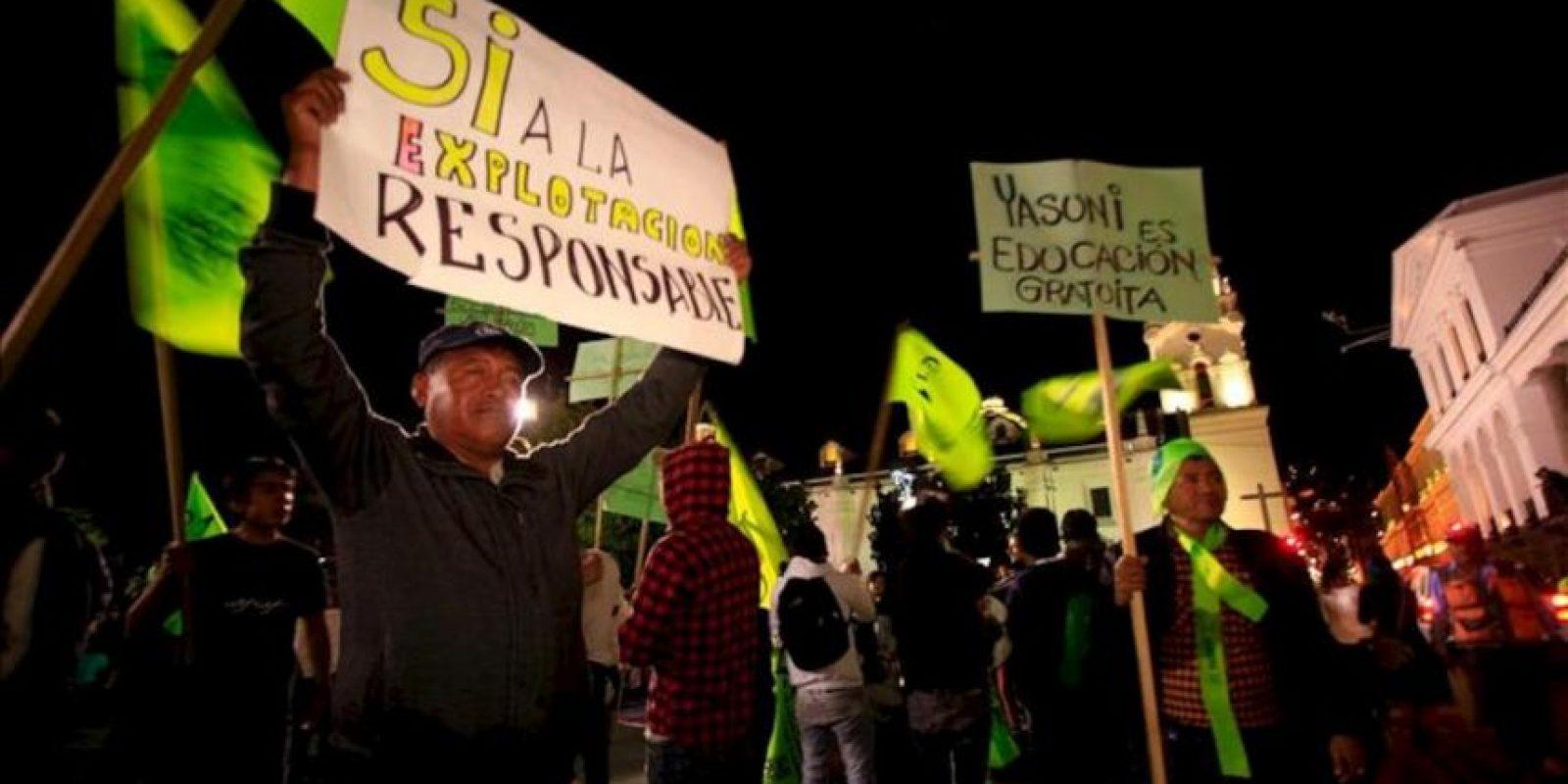 Manifestantes ecuatorianos protestan a favor de la explotación de la reserva ecológica Yasuní-ITT el 22 de agosto de 2013, a las afueras del Palacio de Gobierno, en Quito (Ecuador). EFE