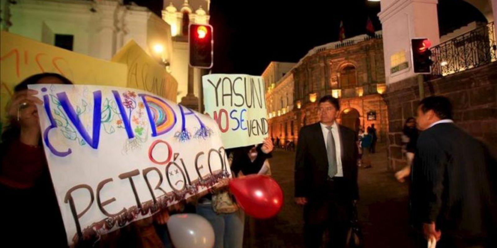 Manifestantes ecuatorianos protestan el 22 de agosto de 2013, a las afueras del Palacio de Gobierno, en Quito (Ecuador), en contra de la explotación de la reserva ecológica Yasuní-ITT. EFE