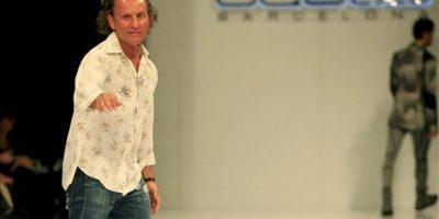 """El diseñador español Custo Dalmau saluda al público luego de presentar su colección """"La Bella y la Bestia"""", durante la segunda jornada del VI Congreso Latinoamericano de Moda Cartagena Colombia, Ixel Moda. EFE"""