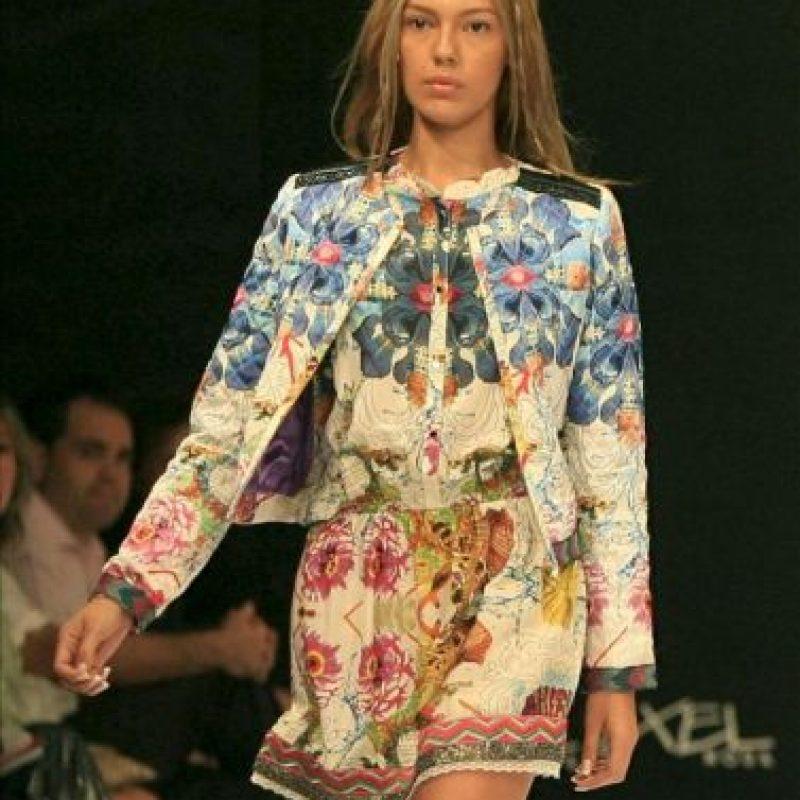 """Una modelo luce un traje de la colección """"La Bella y la Bestia"""" del diseñador español Custo Dalmau, durante la segunda jornada del VI Congreso Latinoamericano de Moda Cartagena Colombia, Ixel Moda. EEFE"""