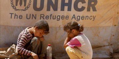 Fotografía de archivo tomada el 27 de agosto de 2012 que muestra a dos niños sirios jugando en el campo de refugiados de Zaatari en Mafraq (Jordania). EFE