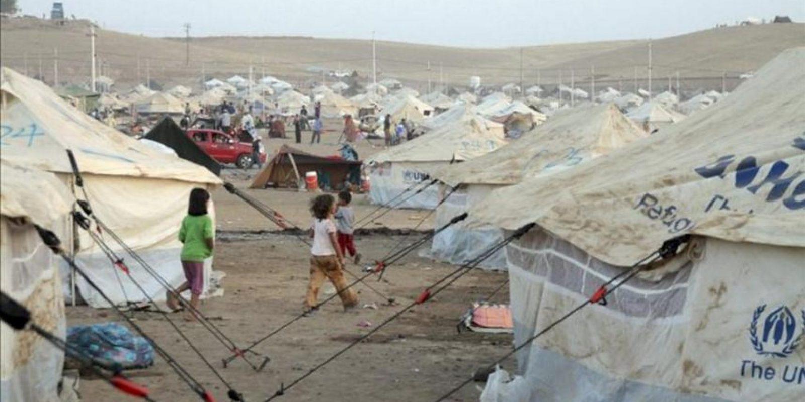 Un grupo de niños refugiados sirios camina por el campamento Kawergost de Arbil (Irak) ayer. EFE