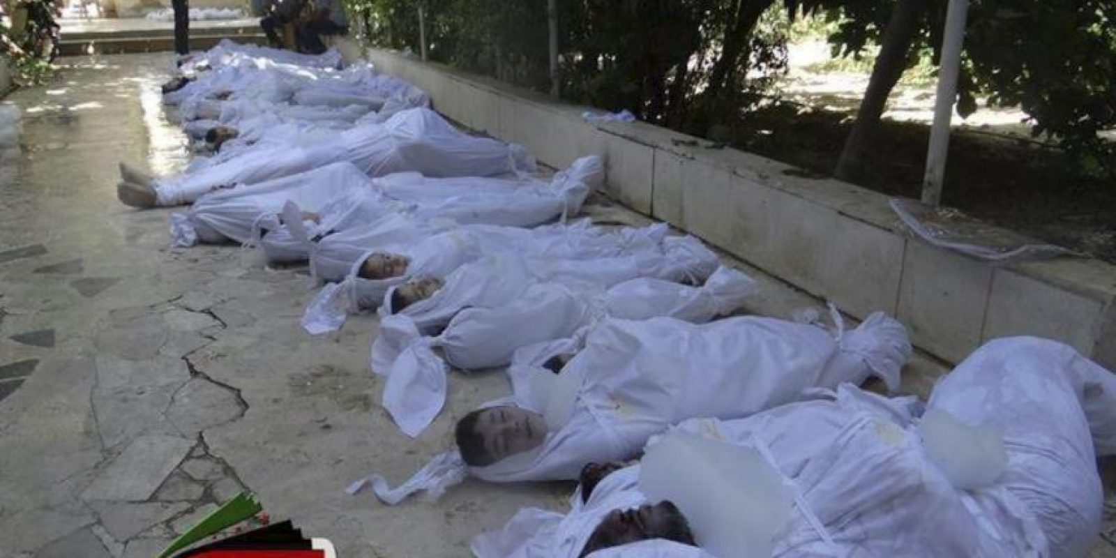 Fotografía facilitada por el Comité Local de Arbeen que muestra los cuerpos sin vida de varios sirios tras un supuesto ataque con gases tóxicos perpetrado por las fuerzas de seguridad sirias en Arbeen a las afueras de Damasco (Siria) antes de ayer. EFE