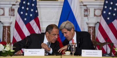 El ministro de Exteriores ruso, Serguei Lavrov (i), y el secretario de Estado de EE.UU., John Kerry (d), conversan durante una reunión celebrada en Washington DC (EE.UU.), el pasado 9 de agosto. EFE