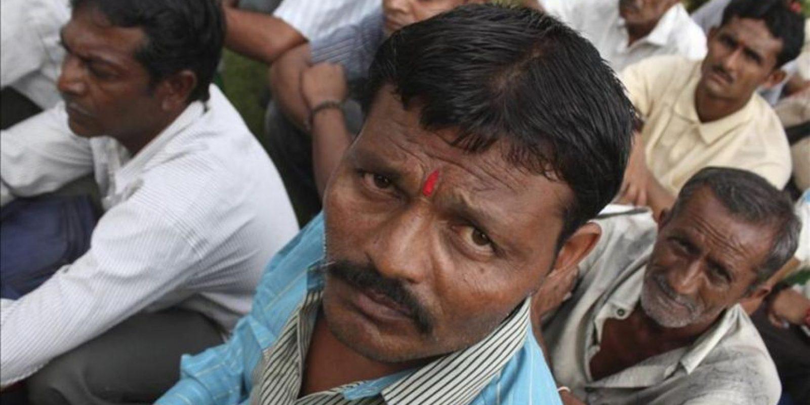 Peescadores indios esperan tras abandonar una cárcel en Karachi (Pakistán) después de ser liberados hoy. EFE