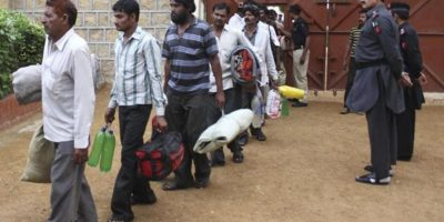 Pescadores indios abandonan una cárcel en Karachi (Pakistán) tras ser liberados hoy. EFE