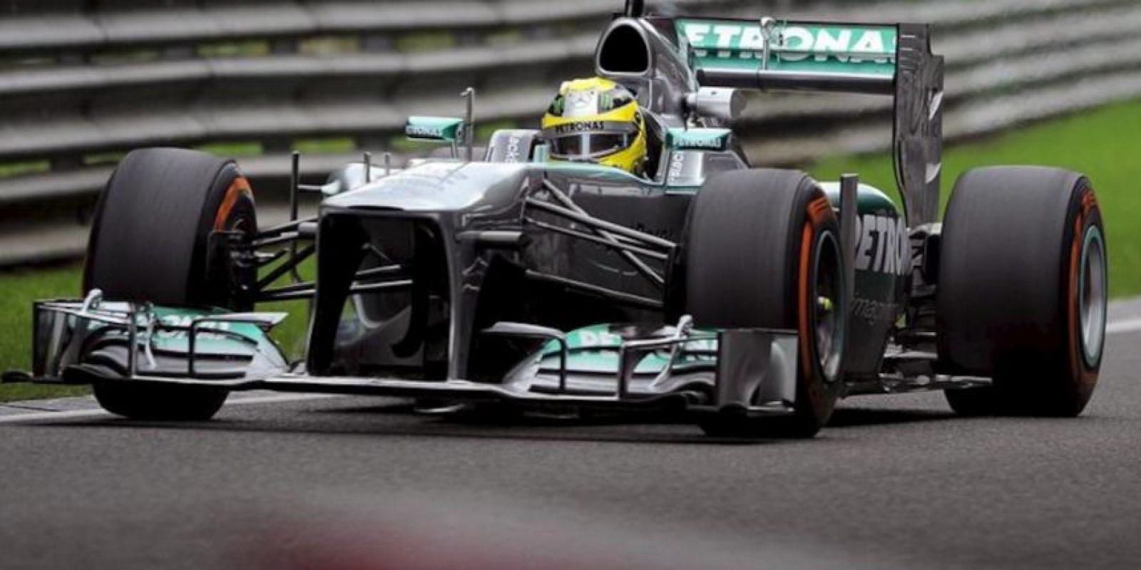 El piloto alemán de Fórmula Uno Nico Rosberg, de la escudería Mercedes AMG, conduce su monoplaza durante la primera sesión de entrenamiento en el circuito de Spa-Francorchamps en Bélgica. EFE