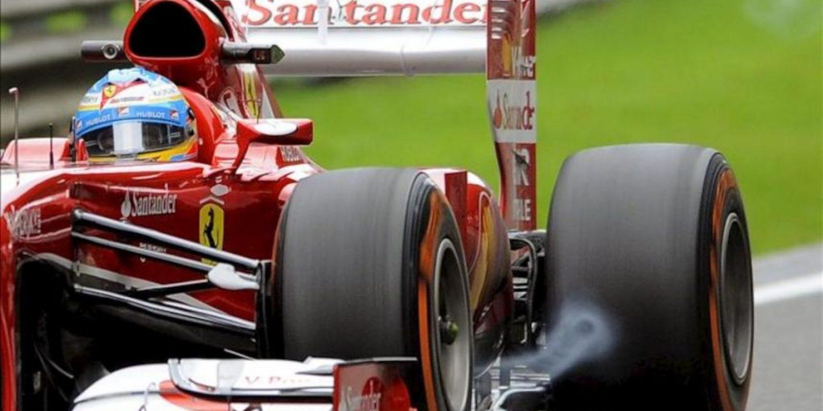 El piloto español de Fórmula Uno Fernando Alonso, de la escudería Ferrari, conduce su monoplaza durante la primera sesión de entrenamiento en el circuito de Spa-Francorchamps en Bélgica. EFE