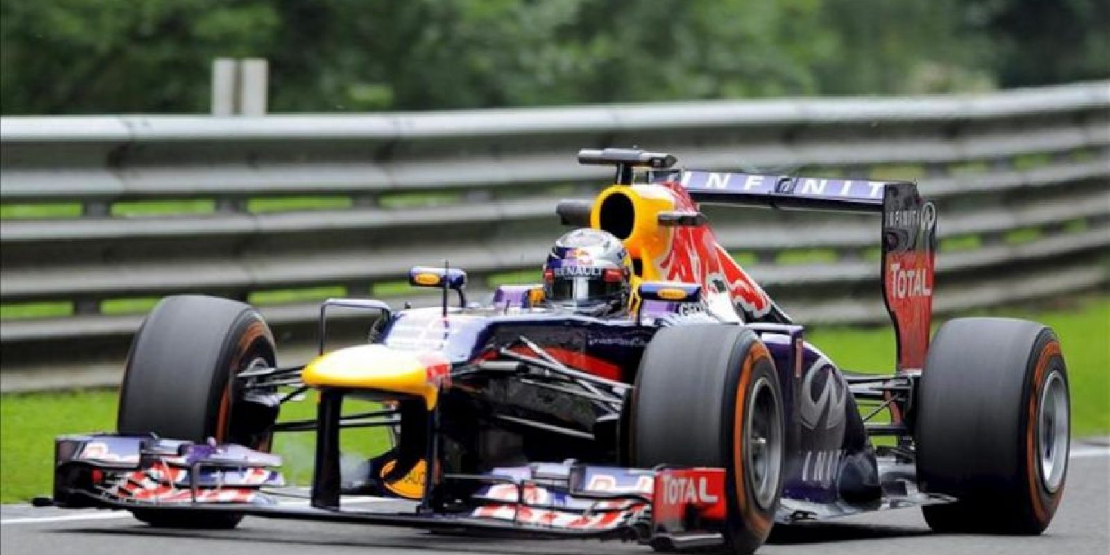 El piloto alemán de Fórmula Uno Sebastian Vettel, de la escudería Red Bull, conduce su monoplaza durante la primera sesión de entrenamiento en el circuito de Spa-Francorchamps en Bélgica. EFE
