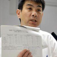 El portavoz de la compañía Tokyo Electric Power (TEPCO), Noriyuki Imaizumi, enseña unos documentos con los resultados de las muestras tomadas del agua contaminada filtrada de un tanque de almacenamiento, durante una rueda de prensa ofrecida hoy en la sede de la compañía en Tokio (Japón). EFE