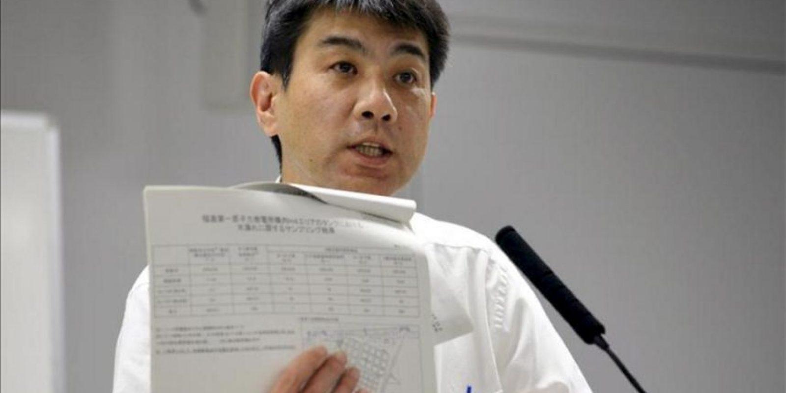 El portavoz de la compañía Tokyo Electric Power (TEPCO), Noriyuki Imaizumi, enseña unos documentos con los resultados de las muestras tomadas del agua contaminada filtrada de un tanque de almacenamiento, durante una rueda de prensa en la sede de la compañía en Tokio (Japón). EFE