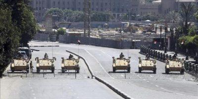 Soldados egipcios bloquean la calle que va a la plaza Tahrir en El Cairo (Egipto) hoy. EFE