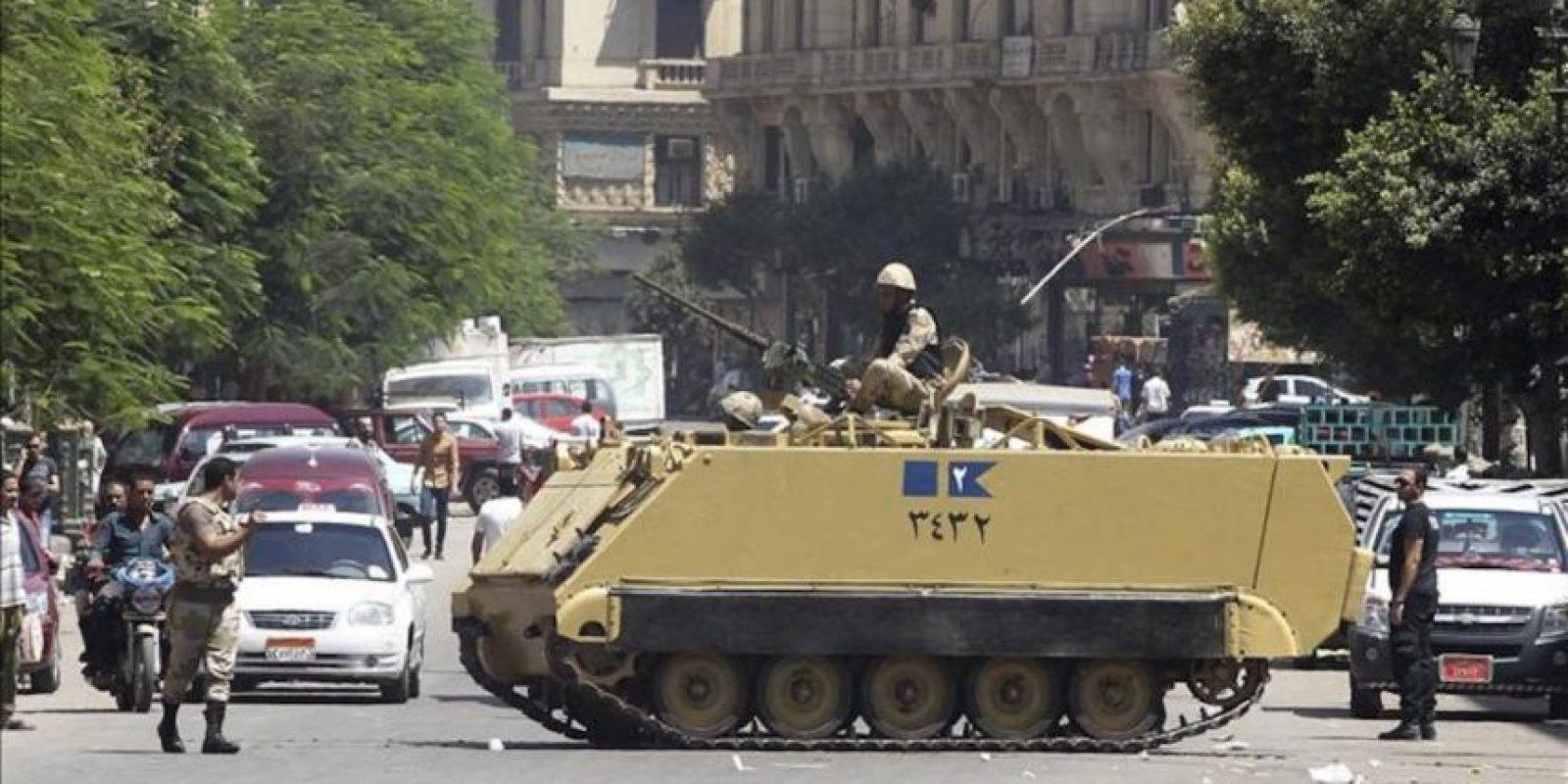 Soldados egipcios bloquean la calle del Tribunal Supremo en El Cairo (Egipto) hoy. EFE