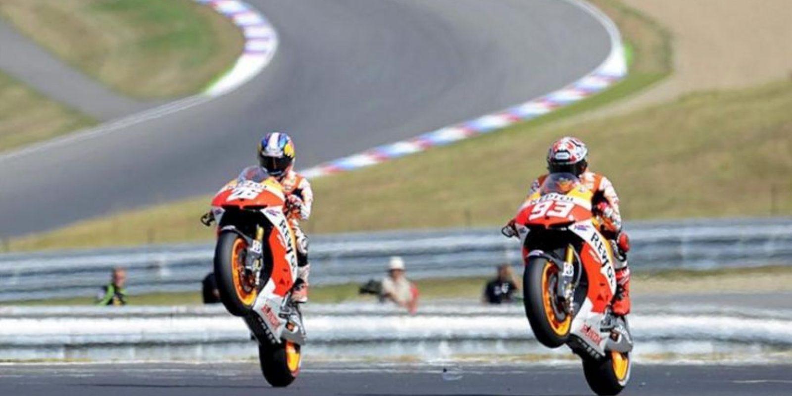Los pilotos españoles de Moto GP, Marc Márquez (d) y Dani Pedrosa (i) ambos de Honda hacen un caballito tras la segunda sesión de entrenamientos libres para el Gran Premio de la República Checa en el circuito de Masaryk de Brno, República Checa hoy 23 de agosto de 2013. EFE