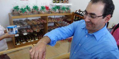 El ministro de Comercio, Industria y Turismo, Sergio Díaz-Granados probando el pandebono valluno. Foto: Diego Hernán Pérez S. /PUBLIMETRO