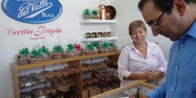 El ministro de Comercio, Industria y Turismo dejando su nombre en la pastelería Cecilia Payán, una de las más antiguas de Buga. Foto: Diego Hernán Pérez S. /PUBLIMETRO