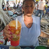 Los cholados son una especia de bebida con frutas que refresca a los viajeros. Se encuentran entre 1000 y 4000 mil pesos. Foto: Diego Hernán Pérez S. /PUBLIMETRO