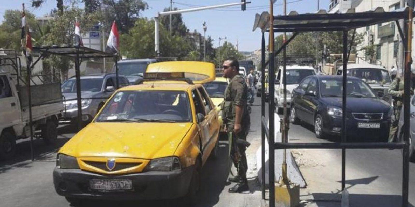 Soldados sirios revisan la identidad de conductores en un punto de control en la calle Bagdad en Damasco (Siria) antes de ayer. EFE