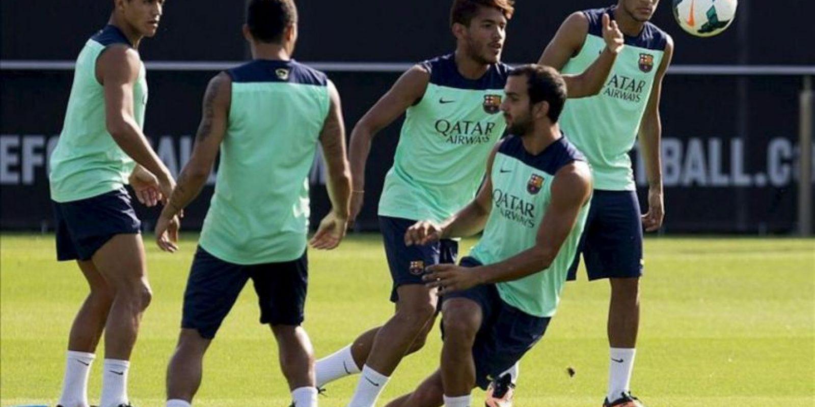Los jugadores del Barcelona, (de izda a dcha) Alexis Sánchez, Jonathan dos Santos, Martín Montoya y Neymar, durante el entrenamiento del equipo en la ciudad deportiva Joan Gamper, de cara al partido de mañana frente al Málaga correspondiente a la segunda jornada de la Liga de Primera División. EFE