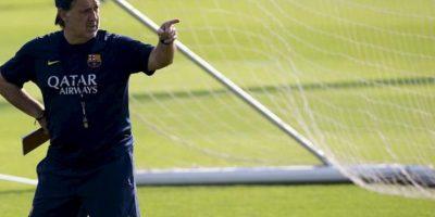 El entrenador del Barcelona, el argentino Gerardo 'Tata' Martino, da instrucciones a los jugadores durante el entrenamiento del equipo en la ciudad deportiva Joan Gamper, hoy. EFE
