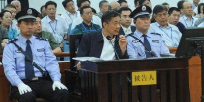 Imagen de Bo Xilai (c), hoy en el tribunal de la ciudad oriental de Jinan. EFE