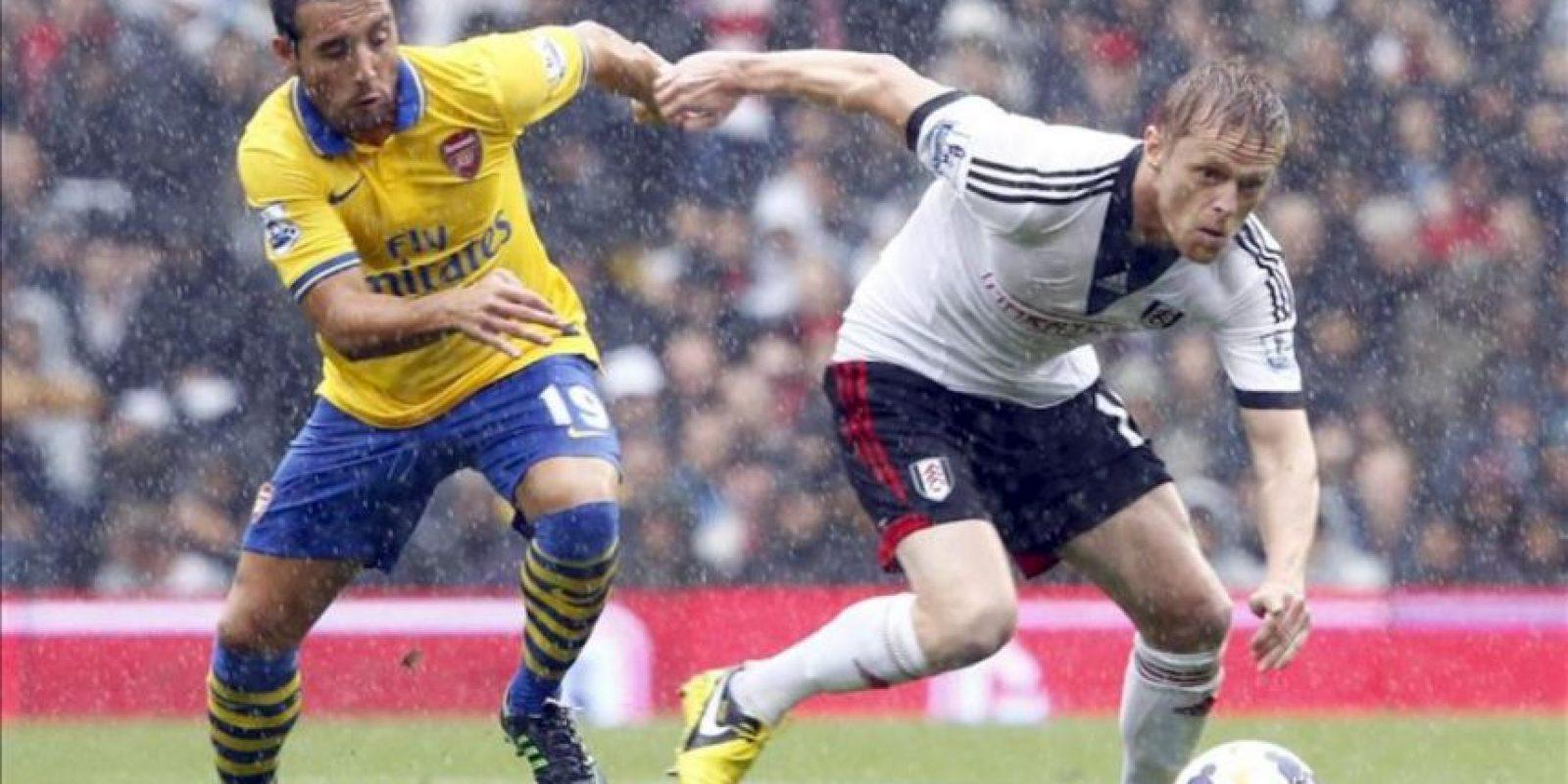 El jugador español del Arsenal Santi Cazorla persigue al irlandés Damien Duff, del Fulham, durante el partido de l Premier League en Craven Cottage, Londres. EFE