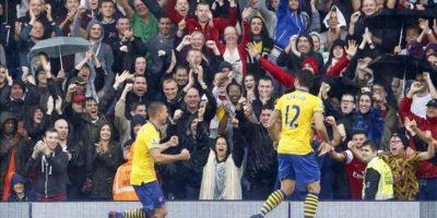 El alemán Lukas Podolski (I) y el francés Olivier Giroud, ambos delantero del Arsenal, celebran la consecución de uno de los tres goles que el Arsenal logró ante el Fulham en Craven Cottage en Londres, Reino Unido. EFE