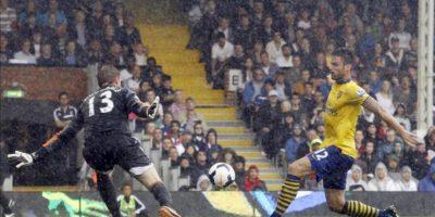 El delantero francés Olivier Giroud (d) logra uno de los goles de su equipo ante el portero del Fulham David Stockdale durante el partido de la Premier League que ha medido al Fulham con el Arsenal en Craven Cottage en Londres, Reino Unido. EFE