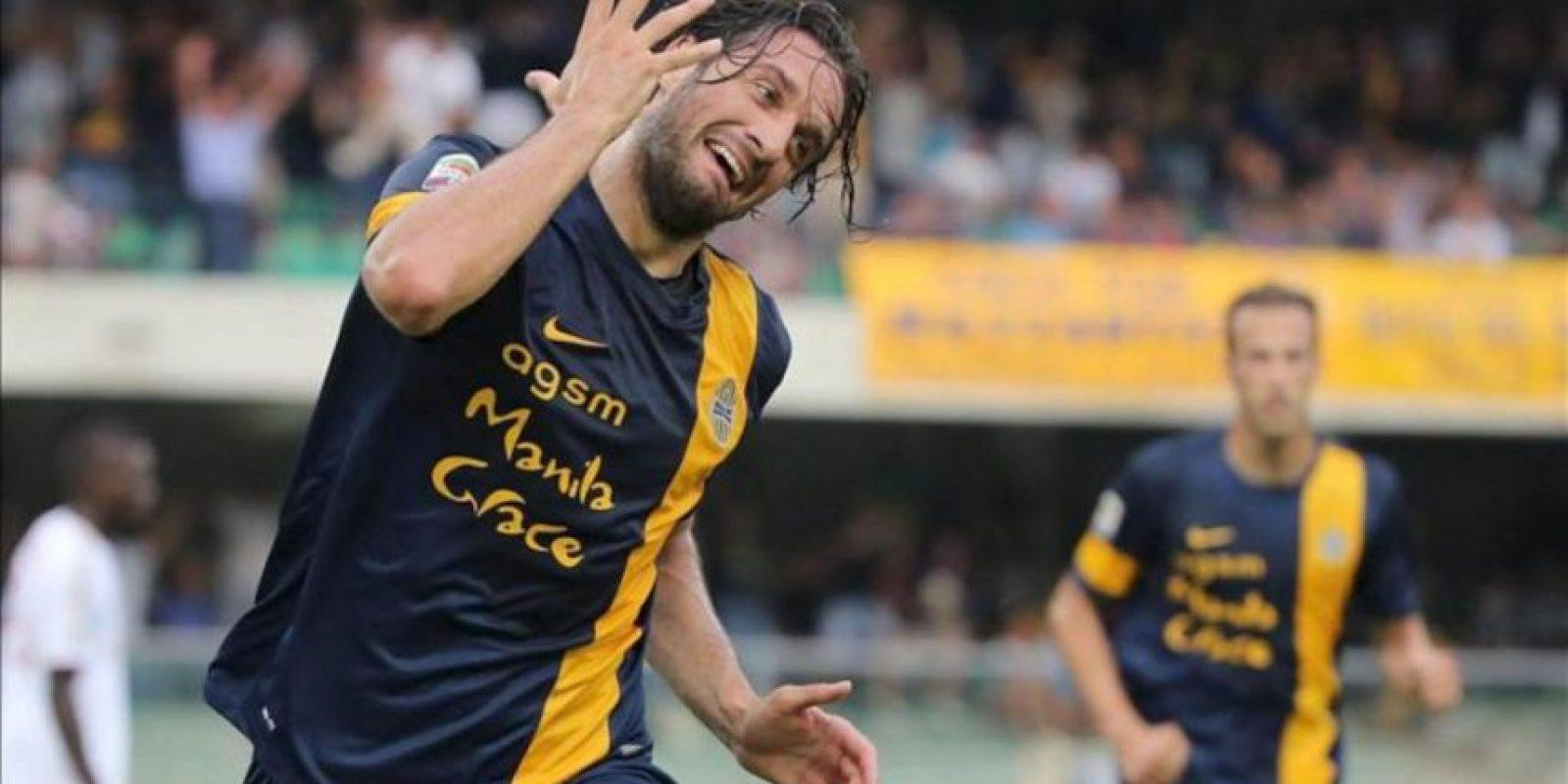 El delantero del Hellas Verona, Luca Toni, celebra uno de los dos goles con los que su equipo ganó al AC Milan en el estadio Bentegodi de Verona, Italia. EFE