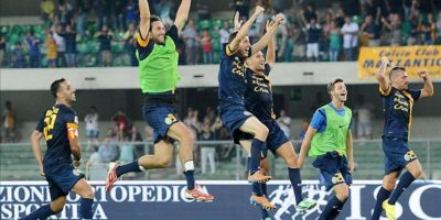 Los jugadores del Hellas Verona celebran su victoria sobre el AC Milan en la primera jornada de la Seria A italiana. EFE