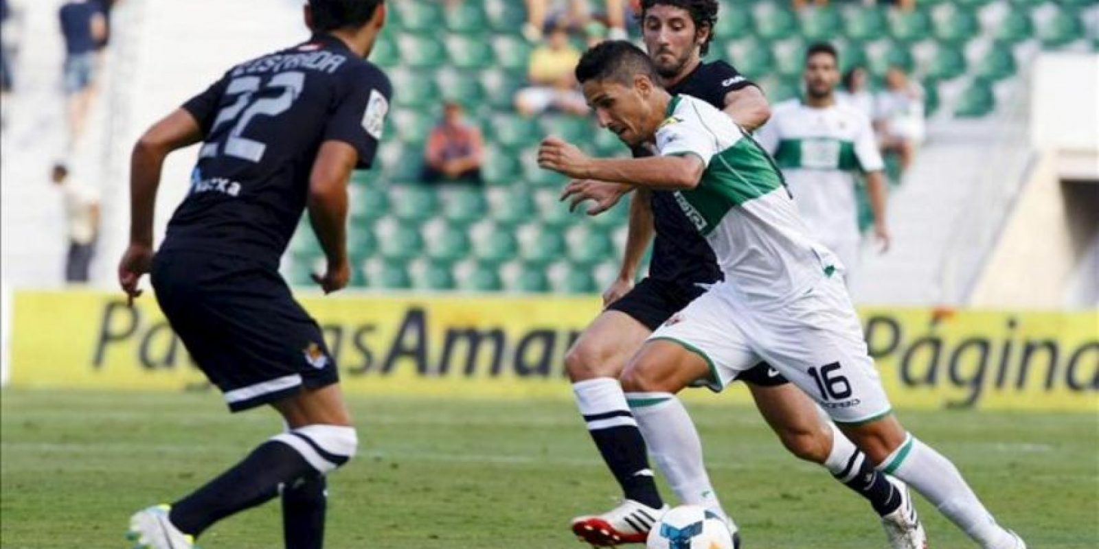 El centrocampista del Elche Fidel Chaves se va con el balón del centrocampista de la Real Sociedad Esteban Granero, durante el partido de la segunda jornada de la Liga BBVA que se ha disputado en el estadio Martínez Valero. EFE