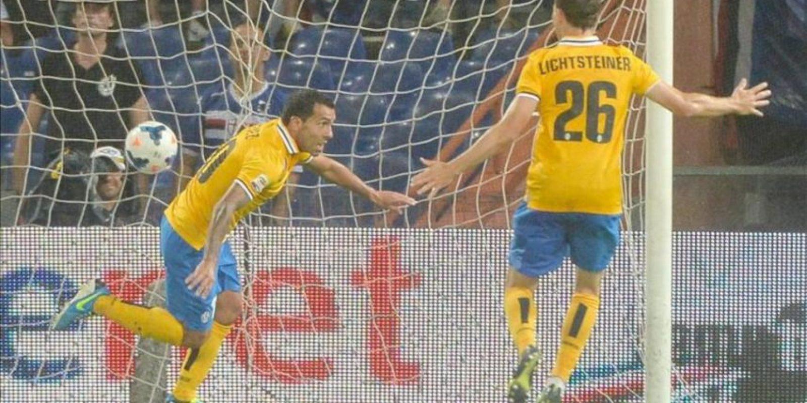 El delantero argentino del Juventus Carlos Tevez (i), celebra junto a su compañero Stephan Lichtsteiner en el primer partido de Liga de la Serie A italiana que ha medido al UC Sampdoria con el Juventus FC jugado en el Luigi Ferraris de Genoa, Italia. EFE