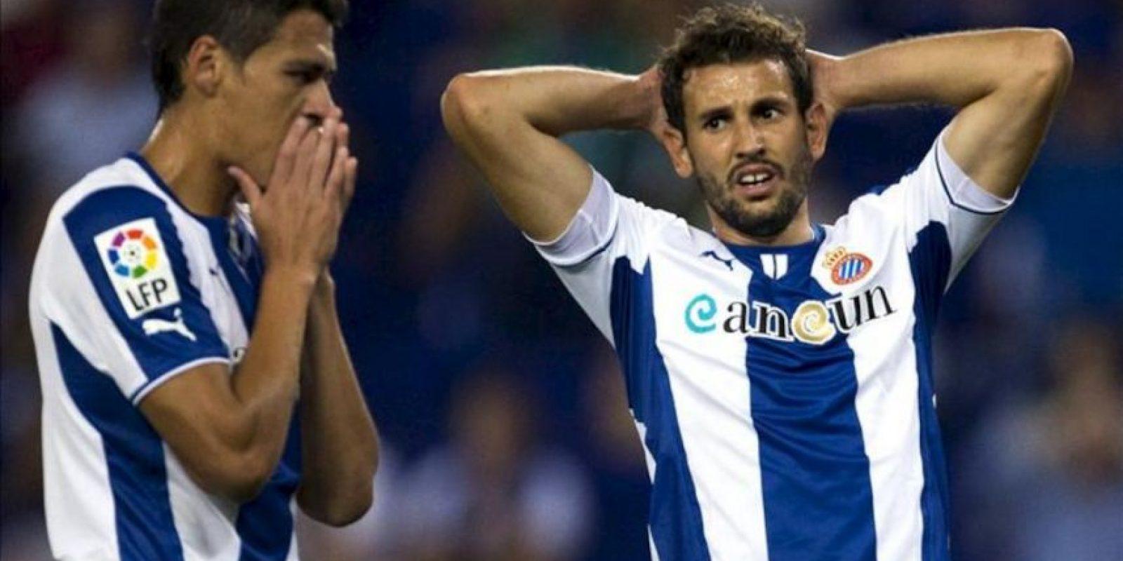 El uruguayo Stuani (d) y el mexicano Héctor Moreno, ambos del RCD Espanyol, tras una ocasión fallada ante el Valencia durante el partido de la segunda jornada de Liga disputado en el estadio de Cornellá-El Prat, en Barcelona. EFE